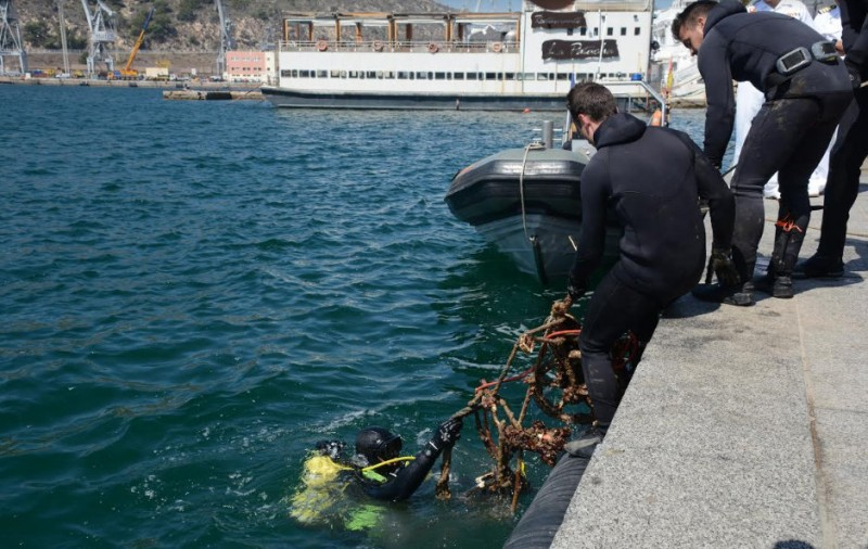 <span style='color:#780948'>ARCHIVED</span> - Navy divers retrieve shopping trolleys and bicycles from the port of Cartagena