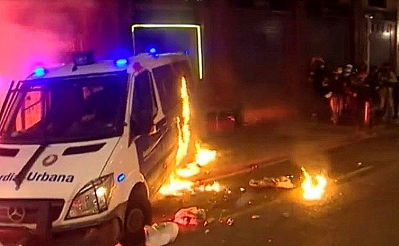 <span style='color:#780948'>ARCHIVED</span> - Violent weekend in Barcelona as protestors set fire to police van with officer inside